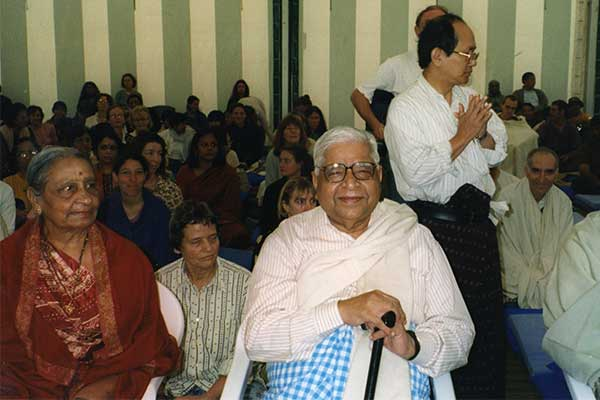 Gonekaji conducting a 1 day course at Dhamma Dipa in 2000.