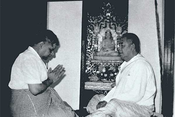 Goenkaji pays respect to his beloved teacher Sayagi U Ba Khin.